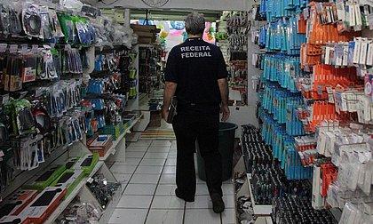 Polícia apreende milhares de produtos falsificados em loja na Carlos Gomes