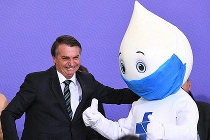 Bolsonaro muda de ideia e vai se vacinar contra covid-19, diz site