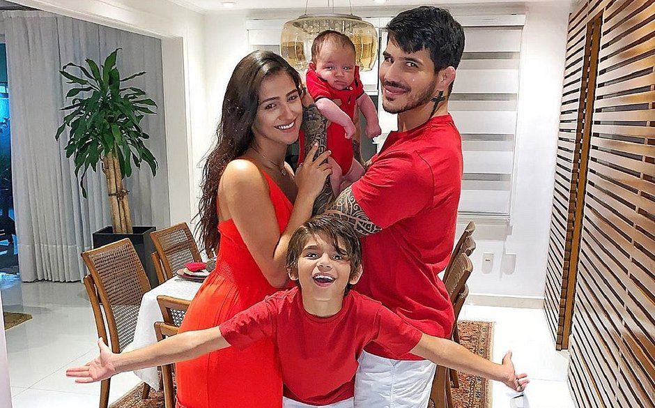 Erick com a esposa, Isabella, e os filhos, Carlos e Kalleu: família está com o novo coronavírus