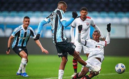 João Pedro colocou a mão na bola e fez o pênalti que garantiu o triunfo do Grêmio