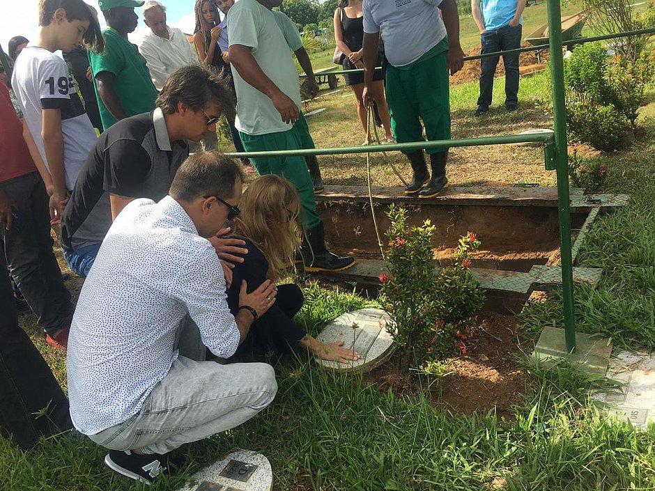 Pai de Lucas Terra é sepultado ao lado do filho; história será contada em livro