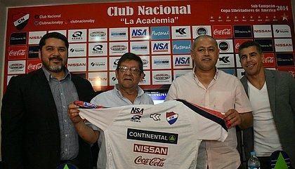 Arce, o 3º da esquerda para a direita, é apresentado no Nacional