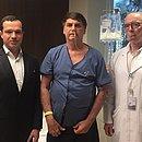 Bolsonaro ao lado dos médicos Luiz Henrique Borsato (à esq.) e Antonio Luiz Macedo