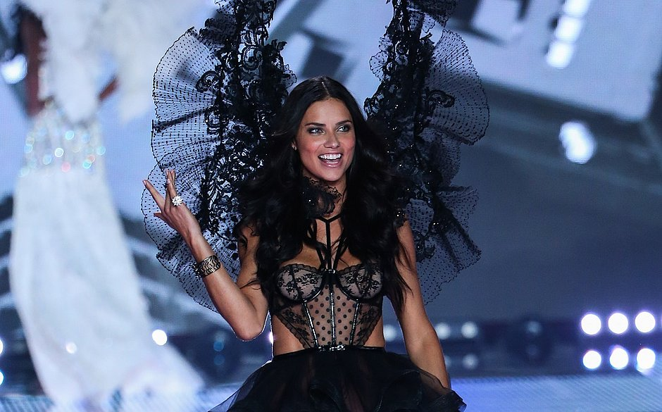 Adriana Lima foi uma das angels a cruzar as passarelas do evento