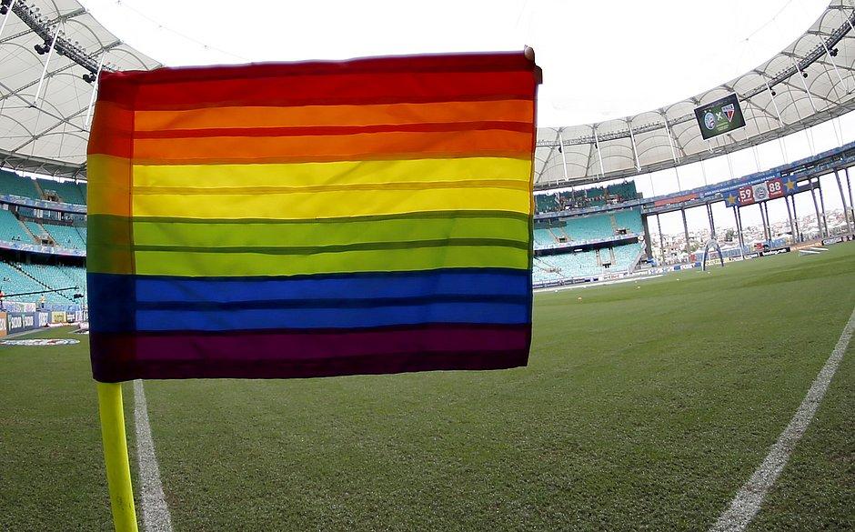 Futebol ainda engatinha no combate ao preconceito. Bahia é um dos clubes que busca inserir público LGBTQI+