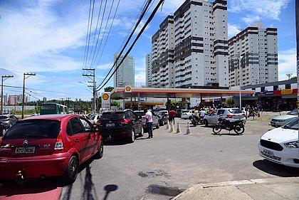 Posto vende gasolina a R$3,50 e cria fila imensa na Avenida Paralela