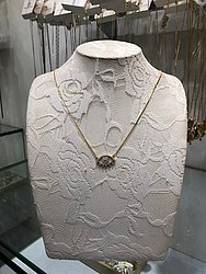 Colar folhado a ouro cravejado com zircônia (Carolina Costa - Shopping da Bahia) de R$ 139,80 por R$ 41,94