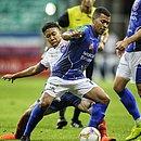 Saldanha, do Bahia, em disputa de bola com Joadson, do Doce Mel: times ficaram no 0x0