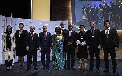 Parsons, segundo da direita para esquerda, posa com novos membros e presidente do COI