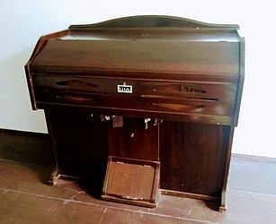 Harmônio J. Edmundo Bohn S/A – Fabricado em Novo Hamburgo, no Rio Grande do Sul, e usado mais comumente em igrejas - Em torno de R$ 3 mil a R$ 4 mil na internet