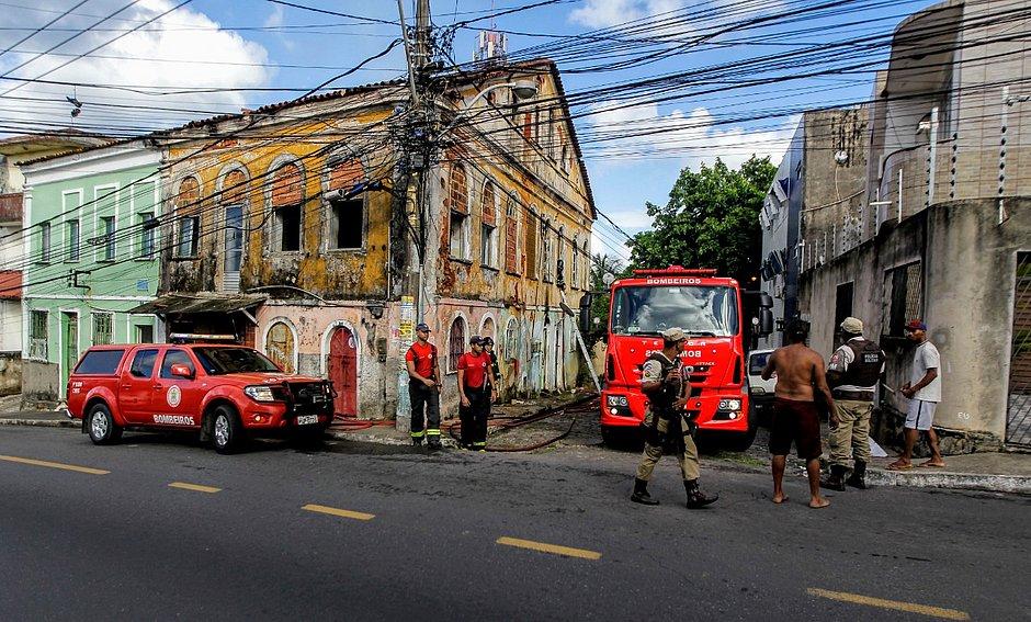 Casarão pega fogo no bairro do Barbalho: 'Se eu não tivesse acordada, todos iriam morrer'