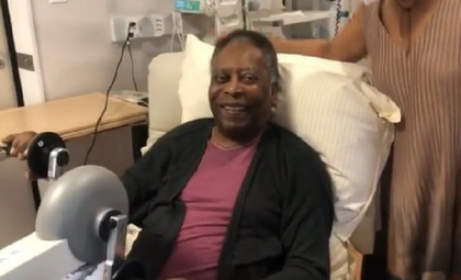 Pelé faz fisioterapia no hospital, filha diz: 'Dois passos para frente'