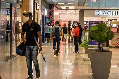 Isolamento social no Brasil cai ao pior nível da pandemia, diz Datafolha