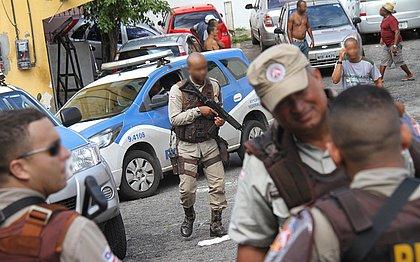 Policiais militares na Ladeira da Paz, vizinha a local onde houve ataque com um jovem morto e duas mulheres feridas