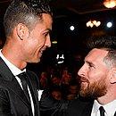 Cristiano Ronaldo e Messi juntos em um evento de premiação