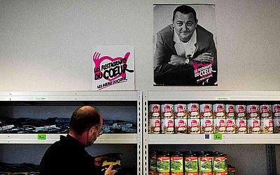 'Les Restos du Coeur' (restaurantes do coração), rede de alimentação para carentes fundada pelo humorista francês Coluche em Paris.