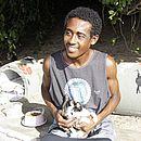 Lucas Santos de Jesus, 24, é o 'rei dos gatos' da orla