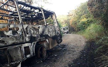 Ônibus são queimados na zona rural de Ilhéus após deixar passageiros a pé