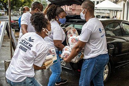 Colaboradores do Drive Thru Solidário em Salvador recolhem alimentos no bairro da Calçada