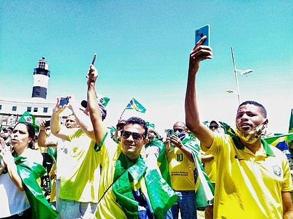 Manifestantes fazem ato pró-Bolsonaro no Farol da Barra