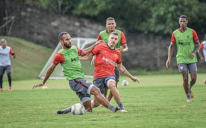 João Victor e Vico disputam a bola durante treino na Toca do Leão