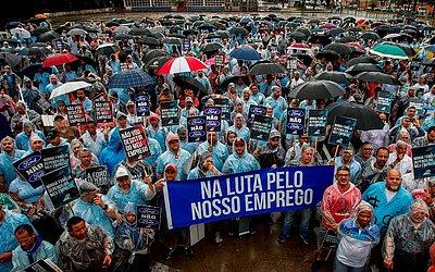 Trabalhadores da montadora americana Ford protestam contra o fechamento da fábrica em São Bernardo do Campo, em São Paulo.