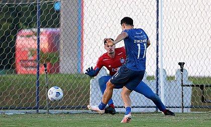 Matheus Teixeira e Oscar Ruiz durante treino do Bahia na Cidade Tricolor