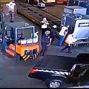 Bandidos usaram empilhadeira para retirar carga de ouro