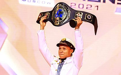 Bia Ferreira recebeu cinturão vestida com farda da marinha