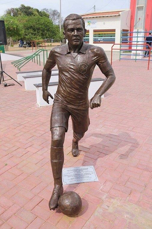 Estátua em homenagem a Daniel Alves é inaugurada em Juazeiro
