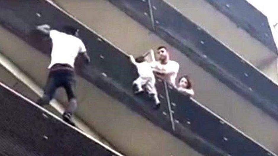 Imigrante que escalou prédio para salvar criança ganha cidadania francesa