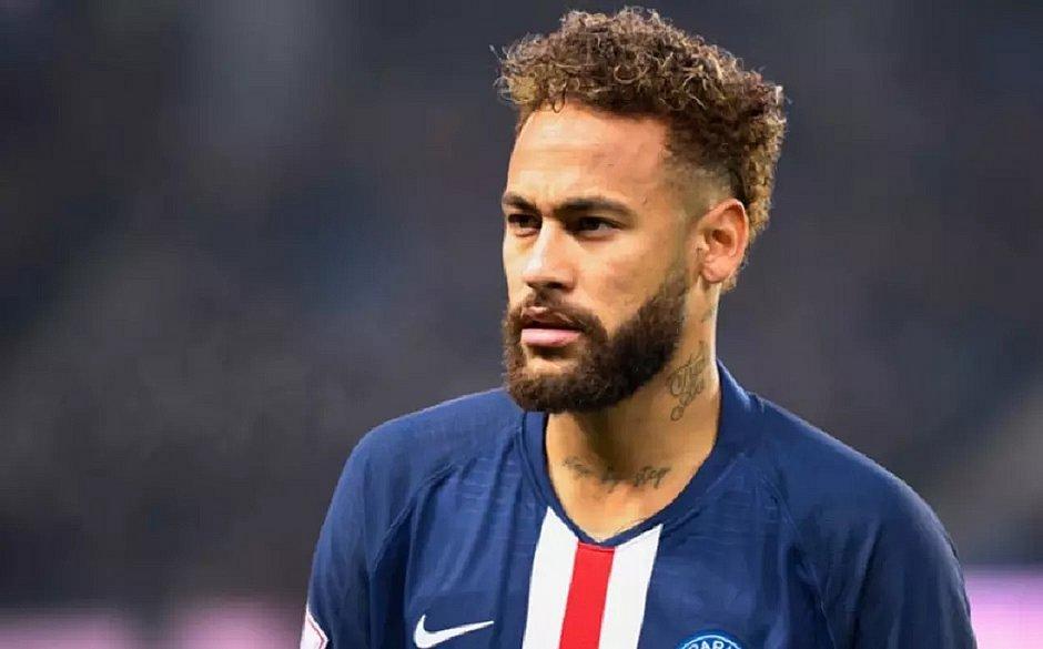 Após quase três meses confinado no Brasil, Neymar volta a Paris
