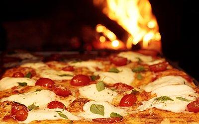Coberta ou recheada com ingredientes 100% italianos, a pizza feita para a festa vai permancer no cardápio do Pasta em Casa. Serão três sabores, um de muçarela de búfala, manjericão e tomate cereja explodindo na boca