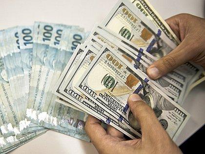 Dólar cai nesta sexta, mas fecha mês com alta de 2,17%