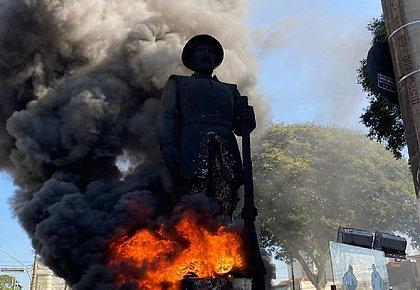Grupo ateia fogo em estátua de homenagem a bandeirante em São Paulo