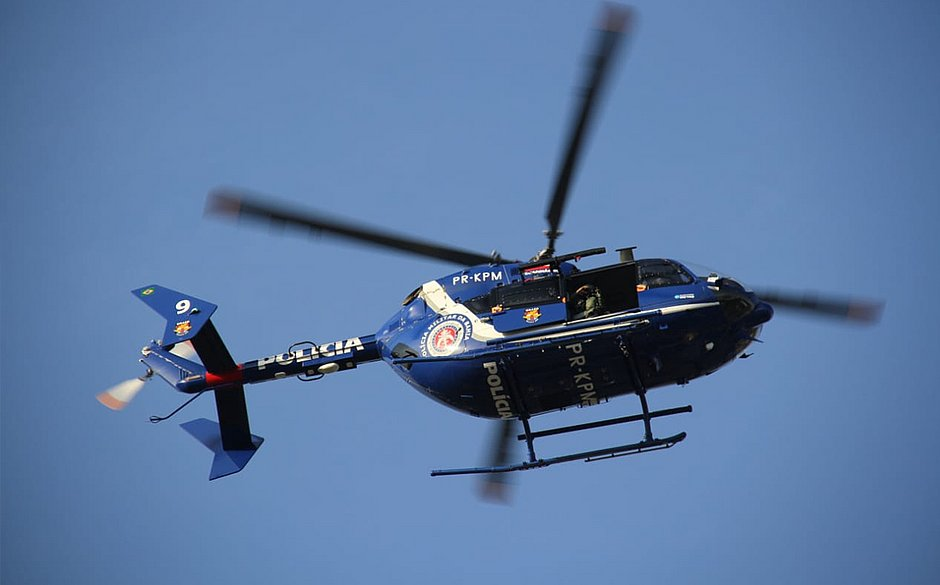 Helicóptero da PM auxilia no resgate de lancha à deriva em Salvador