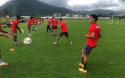 Elenco do Vitória treina no CT do Figueirense, em Florianópolis