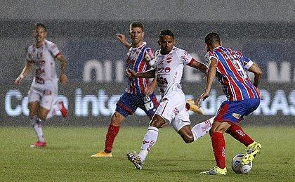 Gilberto, com a bola, marcou o gol da classficação do Esquadrão sobre o Vila Nova, na Copa do Brasil