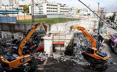Oficiais de Jerusalém demolem mais de uma dúzia de lojas árabes em campo de refugiados de Shuafat em cidade anexada por Israel. Autoridades israelenses alegam que foram construídas sem permissão.