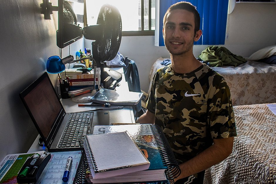 O estudante Rodrigo Castro está praticando redação em casa