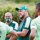 Gabardo Júnior, técnico do Vitória da Conquista, durante um treino antes do surto no elenco