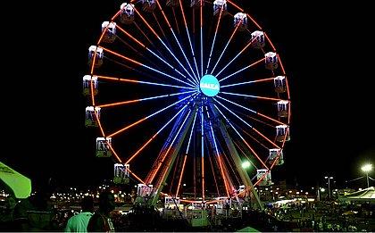 A roda-gigante é retroiluminada por 100 mil lâmpadas em LED e tem uma altura de 36 metros