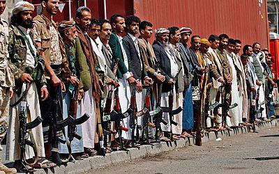 Pistoleiros tribais leais ao movimento Huthi mostram suas armas durante uma reunião em Sanaa para demonstrar mostrar apoio à milícia xiita Huthi contra a intervenção da Arábia Saudita no país