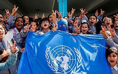 Crianças palestinas protestam em uma escola das Nações Unidas em Arroub perto de Hebron contra o fim da agência  de ajuda humanitária (UNRWA).