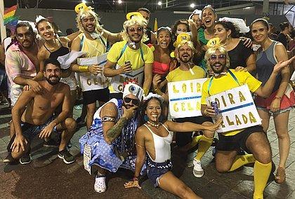 Pedido de noivado feito por Gandhy marca início de desfile na Barra; veja vídeo