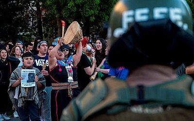 Estudantes e ativistas mapuches protestam exigindo a renúncia do Ministro do Interior Andrés Chadwick do Chile,  após a morte de um jovem Mapuche em uma operação da polícia, em Santiago.