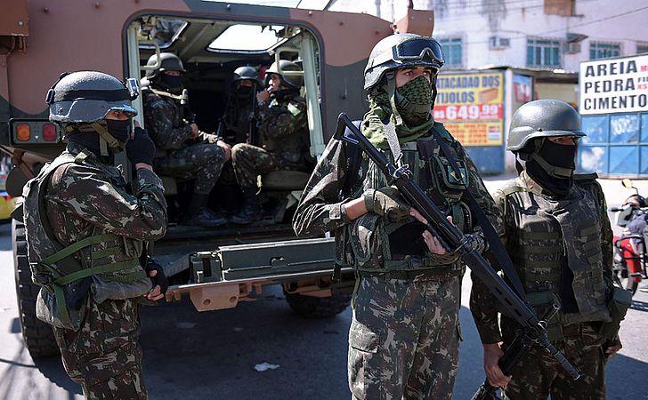 Dois militares morrem durante confronto em comunidades do Rio