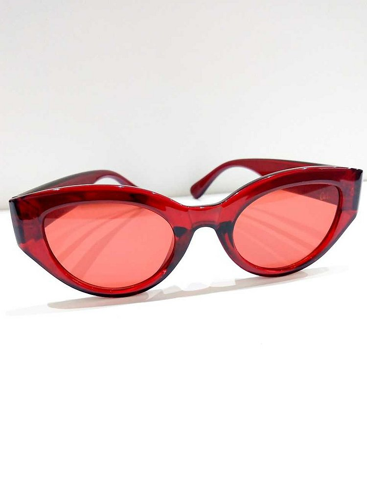 2d35aff81 Os óculos coloridos e 'gatinho' são uma das tendências mais fortes neste  verão. Por isso, o recomendado é optar por cores mais escuras e  complementar o uso ...