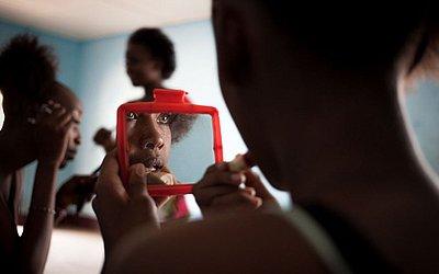Candidatos ao Miss República Centro-Africana 2018 retocam a maquiagem antes do concurso, no Bimbo.
