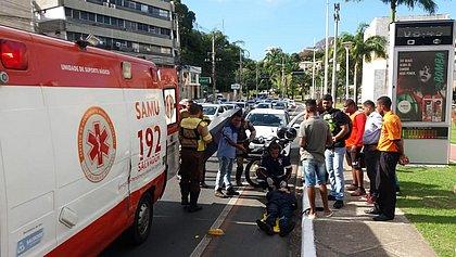 Motociclista bate em carro e fica ferido na avenida Garibaldi
